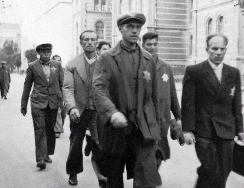 """Apcietināto ebreju darba kolonna Rīgas centrā. 1941.-1942. gads.  (Muzejs """"Ebreji Latvijā"""")"""