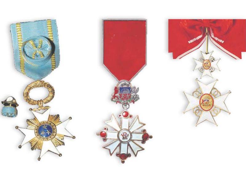 Augstākie valsts apbalvojumi: Triju Zvaigžņu ordenis (no kreisās), Viestura ordenis un Atzinības krusts.