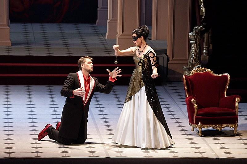 """Margarita Vilsone un Jānis Apeinis iedzīvojušies savās lomās operetē """"Sikspārnis"""""""