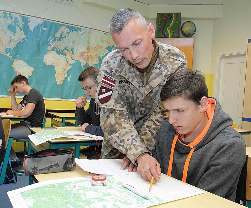 Valsts aizsardzības mācības stundā instruktors Ritvars Leitens palīdz kadetam Krišjānim Viļčevskim apgūt kartogrāfiju.
