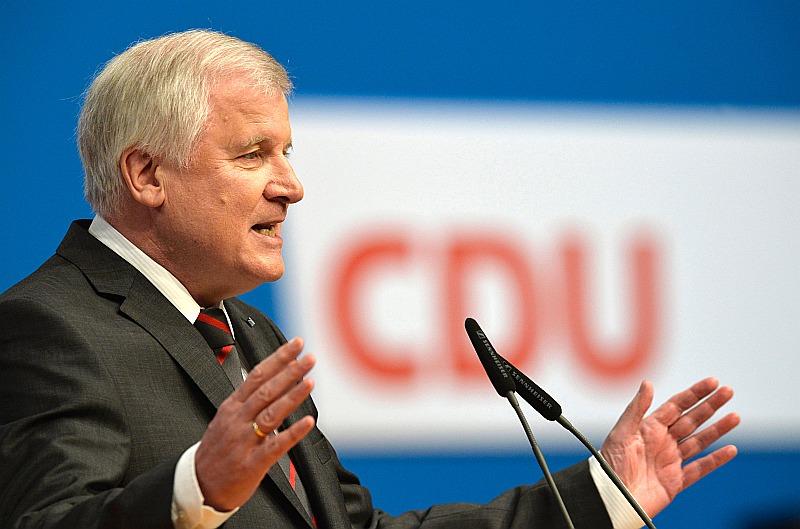 Bavārijas federālās zemes premjerministrs Horsts Zēhofers sacīja – pagātnes pieredze parādījusi, ka valsts spēj veiksmīgi integrēt 100 000 līdz 200 000 imigrantu gadā.