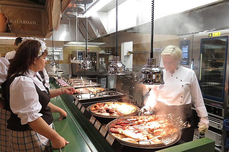 """""""Lido"""" šefpavāre Ilga Joma rosās atklātajā virtuvē, ierādot prasmes jaunā restorāna viesmīlēm."""