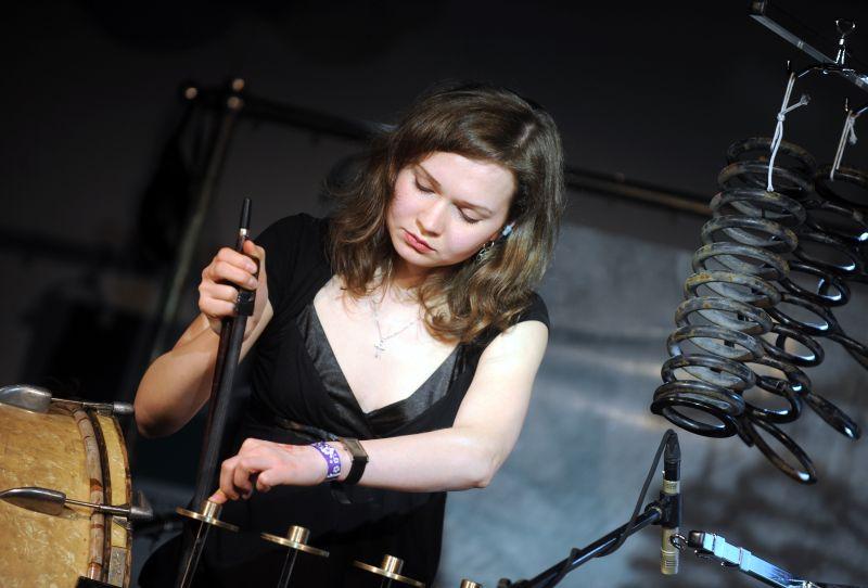 """Elīna Endzele izpilda Voldemāra Johansona skaņdarbu eksperimentālās mūzikas festivālā """"Skaņu mežs""""."""