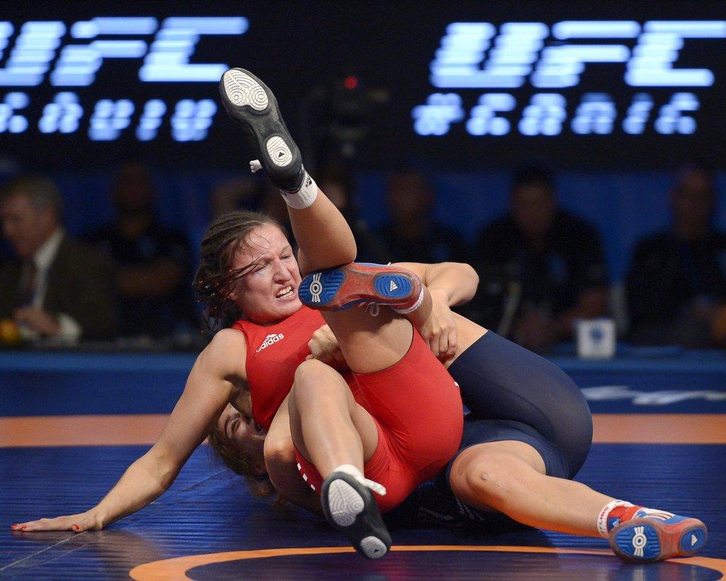 Anastasija Grigorjeva (sarkanā tērpā) cīņas laikā.