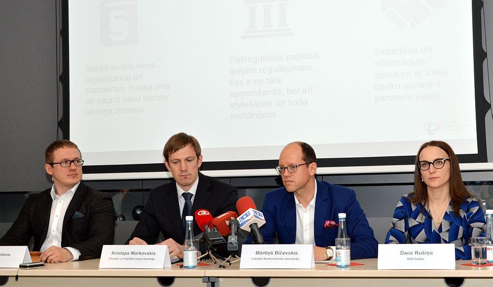 """""""Swedbank"""" Klientu servisa pārvaldes vadītājs Vadims Frolovs (no kreisās), Finanšu un kapitāla tirgus komisijas Atbilstības kontroles departamenta Normatīvā nodrošinājuma daļas vadītājs Kristaps Markovskis, Latvijas Komercbanku asociācijas prezidents Mārtiņš Bičevskis un """"SEB bankas"""" Darbības atbilstības pārvaldes vadītāja Dace Rušiņa piedalās preses konferencē, kurā informē pa banku klientu anketēšanu politiski nozīmīgu personu izpētes nolūkos."""
