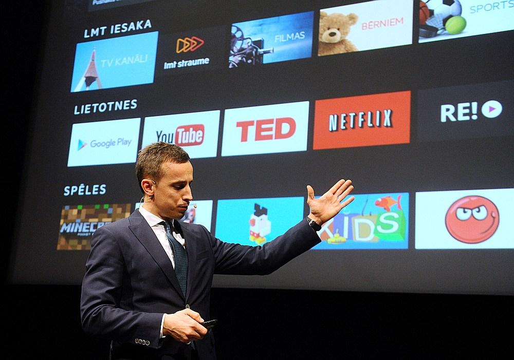 """""""LMT"""" viceprezidents mārketinga un biznesa attīstības jautājumos Ingmārs Pūķis iepazīstina ar topošās viedtelevīzijas """"LMT Mājas televīzija"""" piedāvājumu."""