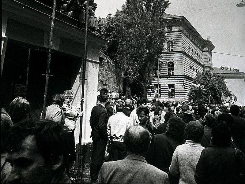Neatkarības deklarācija tika pieņemta 1990. gada 4. maijā, bet jau 15. maijā interfrontisti sarīkoja uzbrukumu Augstākajai Padomei un tajā pašā dienā paziņoja par politiskā brīdinājuma streika uzsākšanu nolūkā piespiest AP atcelt deklarāciju.