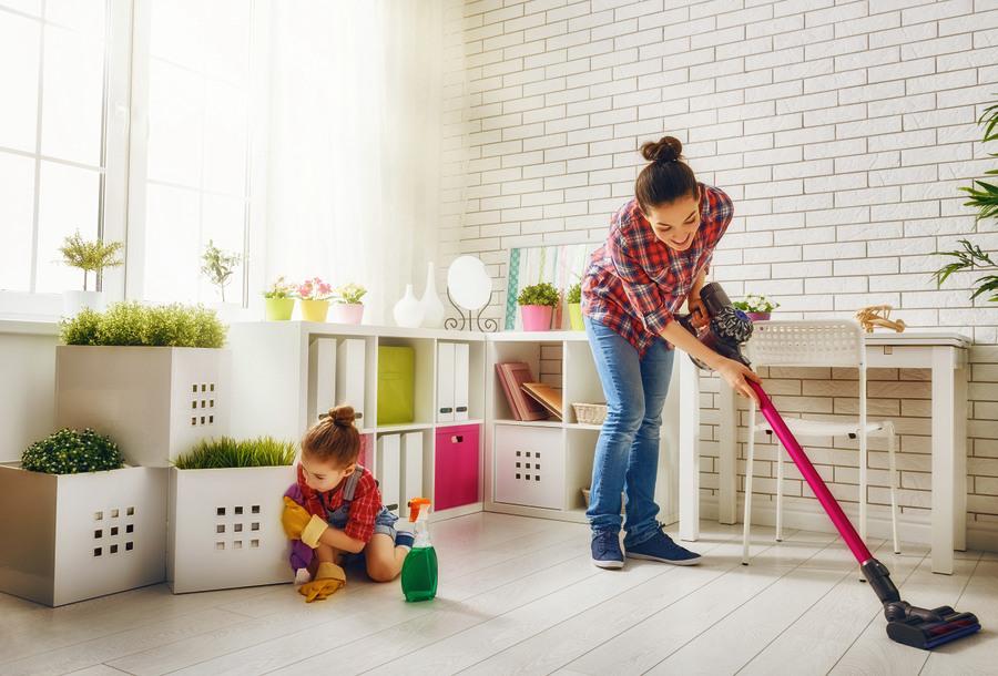 Vairāk nekā puse iedzīvotāju māju tīra līdz divām stundām nedēļā