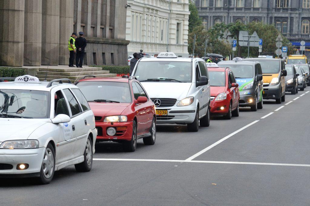 Taksometru arodbiedrîbas pasākums ap Ministru Kabinetu. Brîvîbas bulvâris 36.