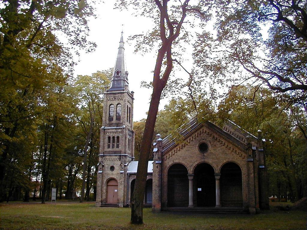 Augšāmcelšanās luterāņu baznīca Lielo kapu teritorijā