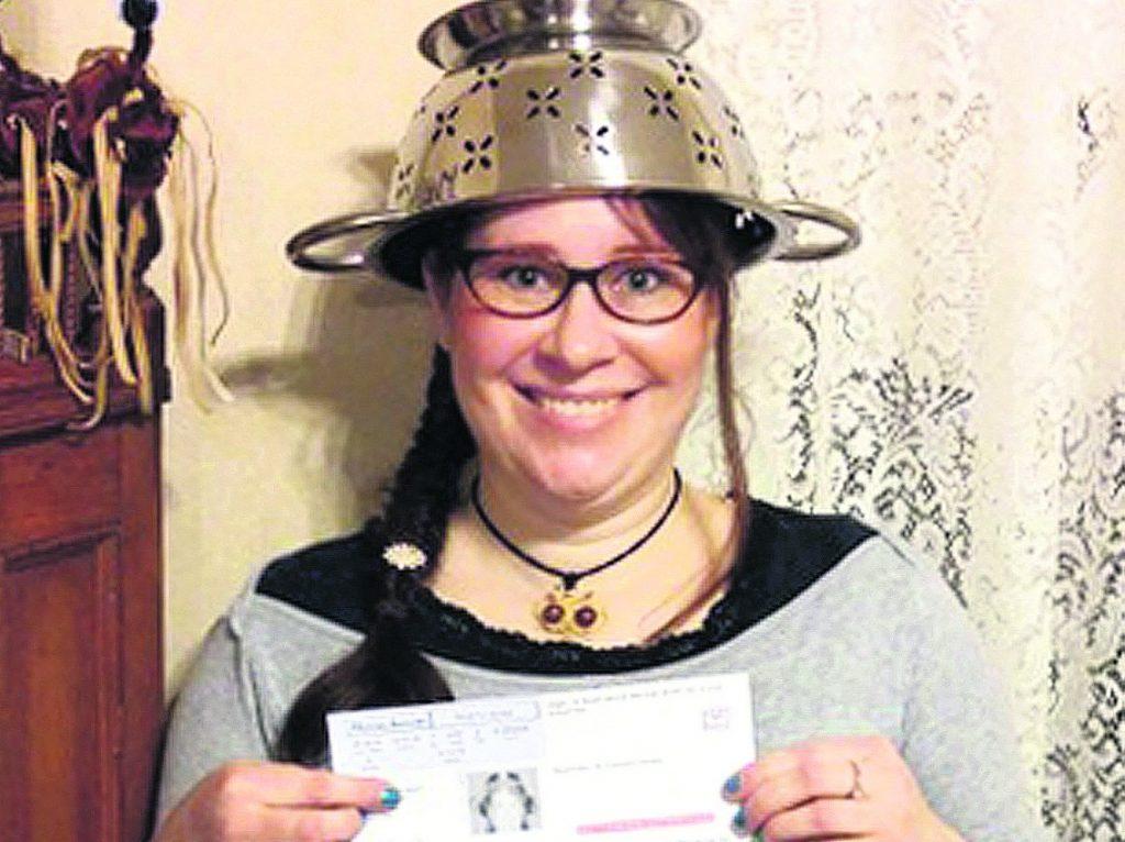 """ASV Masačūsetsas štata iedzīvotāja Lindseja Millere  atbilstoši savai """"reliģiskajai pārliecībai""""  vēlējās, lai viņa savai autovadītāja apliecībai varētu fotografēties ar sietiņu galvā. Viņa atbalstot """"Lidojošā makaronu monstra"""" draudzi (""""Flying Spaghetti Monster""""). Masačūsetsas Transportlīdzekļu reģistrs viņai sākotnēji esot aizliedzis izmantot šajā identifikācijas dokumentā foto , kur viņa redzama ar caurduri galvā. Taču Lindseja apgalvo, ka reģistrs vēlāk esot mainījis lēmumu un atvainojies."""