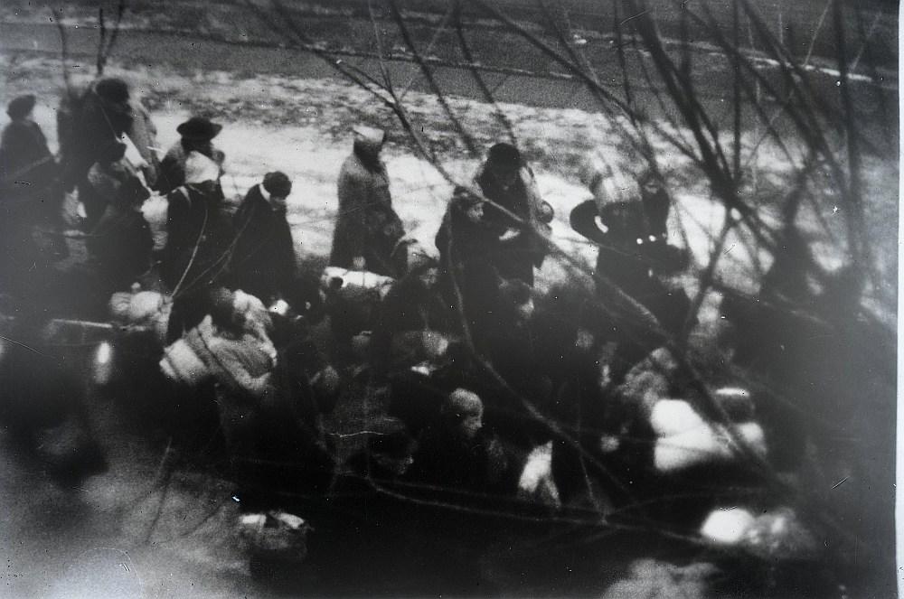 Nāvei nolemtie ebreji ceļā no Rīgas geto uz Rumbulu. 1941. gada 30. novembris.