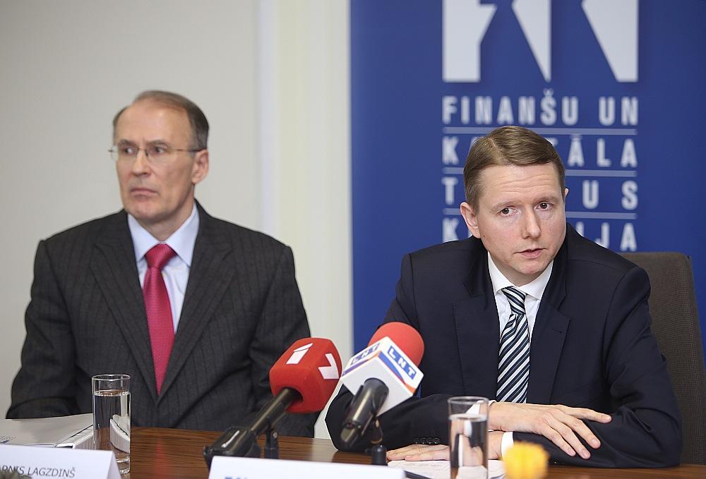 FKTK priekšsēdētājs Pēters Putniņš (no labās) un padomnieks Arnis Lagzdiņš iepazīstina ar galvenajiem secinājumiem pēc ASV audita nerezidentu segmentā strādājošajās bankās.
