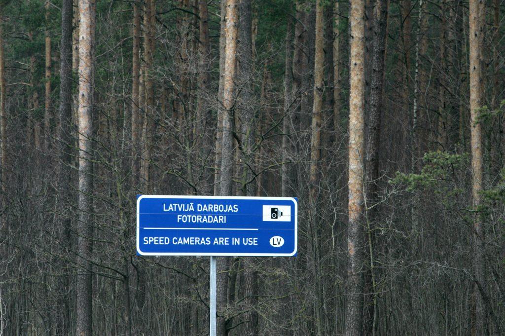 """Ceļazīme """"Latvijā darbojas fotoradari"""" Jūrmalas šosejas malā."""