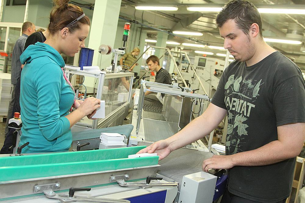 """Pirms trim gadiem uzņēmuma """"Preses Nams Baltic"""" tipogrāfijā profesijai nepieciešamās prasmes jau apguva četri Rīgas Valsts tehnikuma audzēkņi, topošie poligrāfiķi. Nu darba vidē balstītajai izglītībai vajadzētu ienākt arī citās profesionālās izglītības iestādēs."""