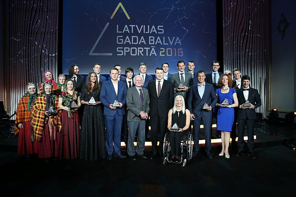 Šajā attēlā ir tikai veiksminieki – Latvijas Gada balvu ieguvēji sportā ar Valsts prezidentu Raimondu Vējoni centrā.