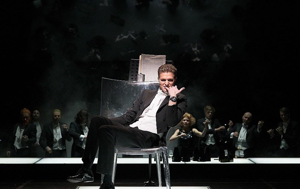"""Daiņa Grūbes varonis jau uznāk uz skatuves galēji samaitāts, līdz ar to aktiera plašajam """"balss diapazonam"""" ir iedota pārlieku šaura """"nošu partitūra""""."""