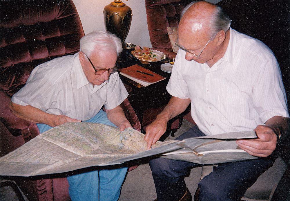 Arturs Silgailis (no kreisās) un Kanādas latviešu virsnieku savienības vadītājs Viktors Dreifelds. 1995. gadā, leģiona cīņu vietu kartes pētot.