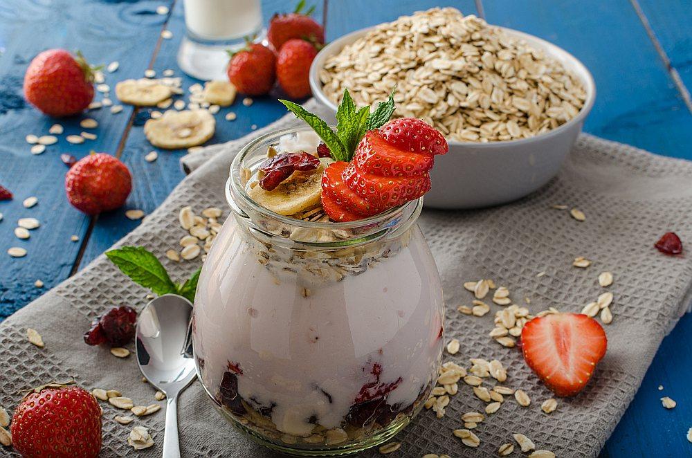Lai uzturētu normālu zarnu mikrofloru, ieteicams ēst jogurtu ar ogām.
