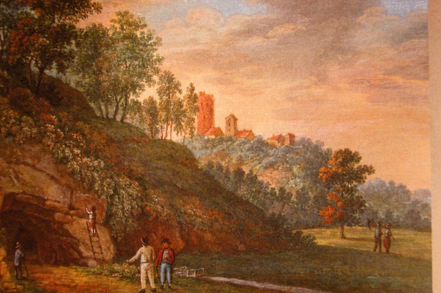 Pa labi no Gūtmaņalas – Turaidas pilskalns, kur stāvēja Kaupo Lielā pils. Bet 1214. gadā tika uzcelta Rīgas bīskapa pils Fredelande.