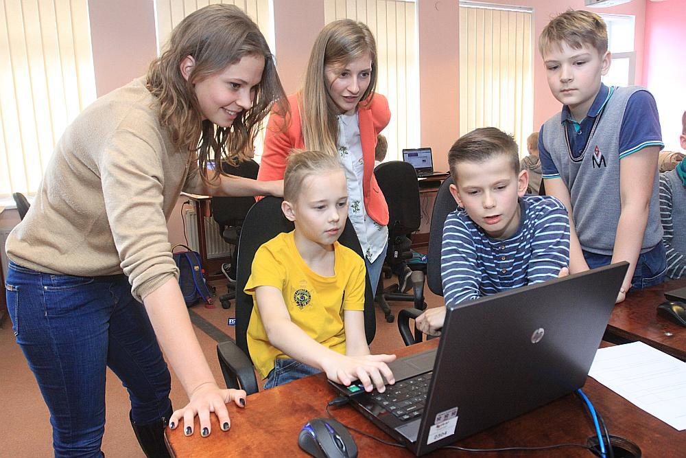 """""""Negribam, lai visi kļūst par programmētājiem. Ceram, ka no šiem bērniem izaugs arī arhitekti, juristi, mūziķi, mākslinieki,"""" stāsta Linda Sinka, viena no """"Learn IT"""" līdzdibinātājām. Attēlā no labās Kristers Štoks, Georgs Korotkovs, Kevins Nikonorovs, Linda Ingelande un Linda Sinka."""