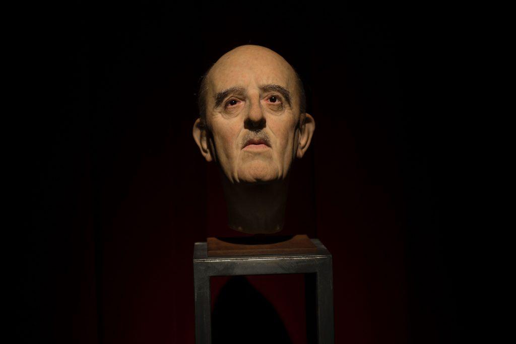 Fransisko Franko galvas skulptūra mākslas izstādes laikā.