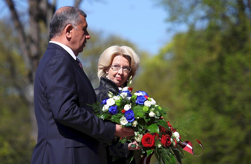 Ināra Mūrniece un viņas Uzbekistānas kolēģis Nigmatillu Juldaševs pirms ziedu nolikšanas pie Brīvības pieminekļa.