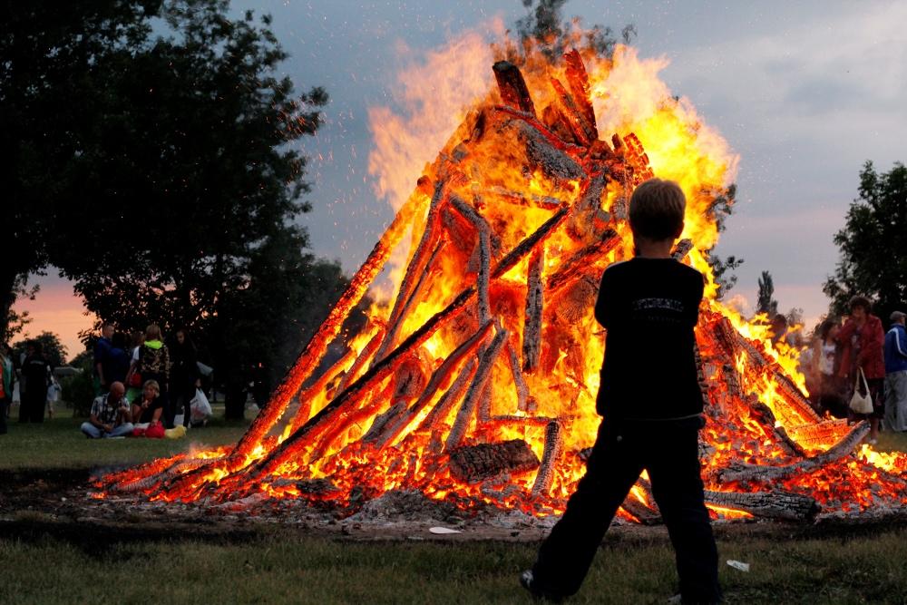 Visvairāk skatītais ieraksts IYL kontā, sasniedzot teju pusmiljonu auditoriju, bija īss video par latviešu Jāņu tradīcijām.