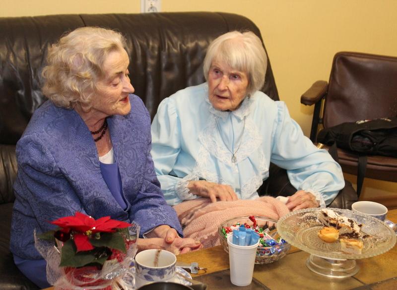 """Darbīgās draudzenes simtgadnieces – no kreisās – Laucenes pansionāta iemītniece Lidija Burčaka un rīdziniece Marta Melgalve. Abas kopā filmējas dokumentālajā filmā """"Piedzimt kopā ar Latviju""""."""