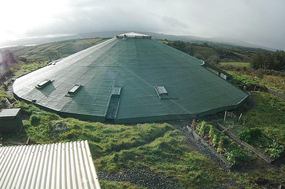 """""""Gyreum Ecolodge"""" lepojas, ka nepieciešamo enerģiju ēkas apkurei iegūst no zemes."""