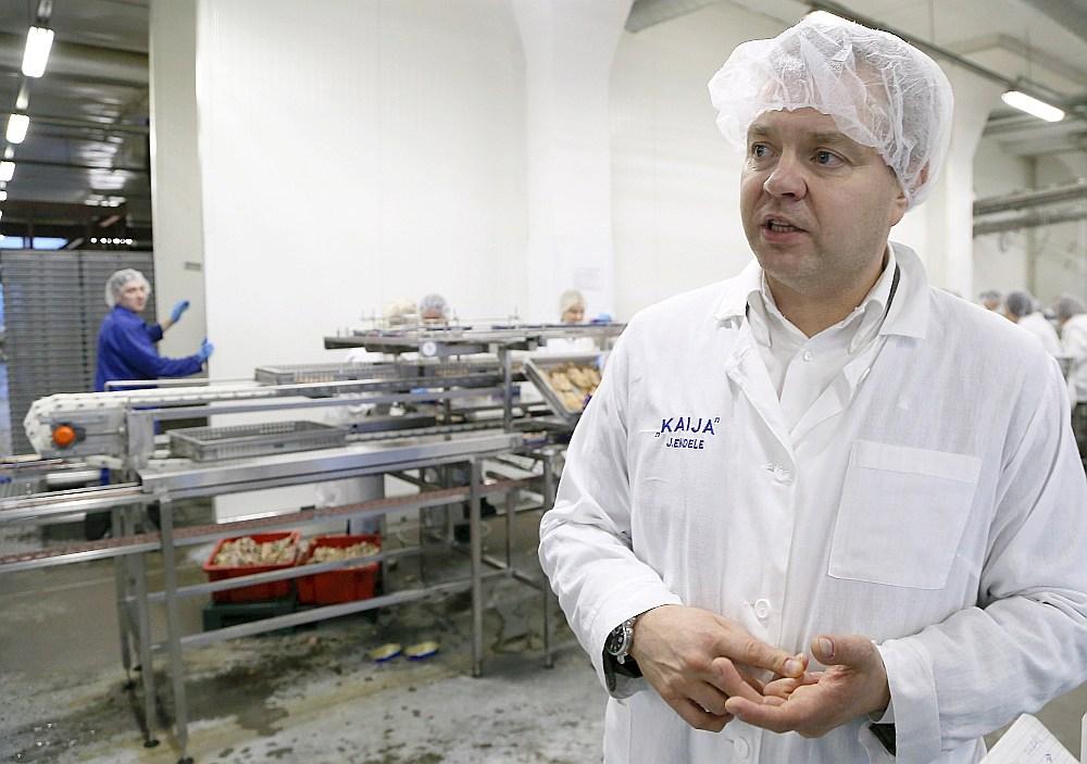 """SIA """"Karavela"""" līdzīpašnieks Jānis Endele uzņēmuma ražotnē."""