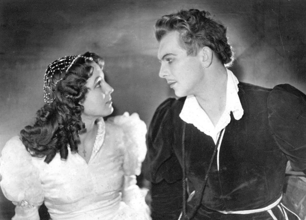 """Vija Artmane Šekspīra  traģēdijas """"Romeo un Džuljeta""""  izrādē. 1953. gads, insc. Eduards Smiļģis, Romeo _ Eduards Pāvuls."""