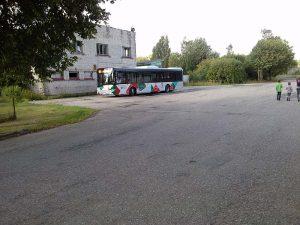 Šeit Dubeņos 904. autobuss apgriežas, lai brauktu atpakaļ uz Liepāju. Ivans visdrīzāk devies pa ceļu taisni uz priekšu. Foto - Arnita Leimante