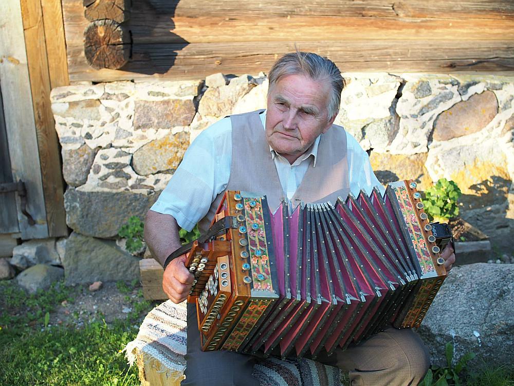 Ieviņa ermoņikas spēlē vecmeistars Valdis Andersons. Foto no pirmā Ieviņa ermoņiku spēlmaņu saieta.