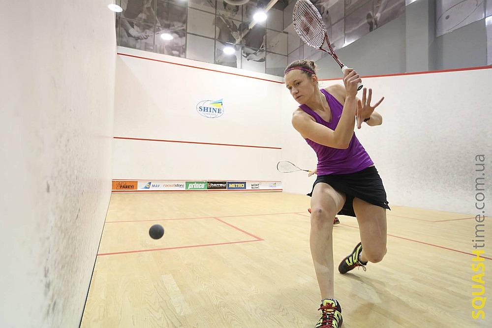 Inetai Mackevičai skvošā palīdzēja izsisties tenisā gūtās iemaņas.