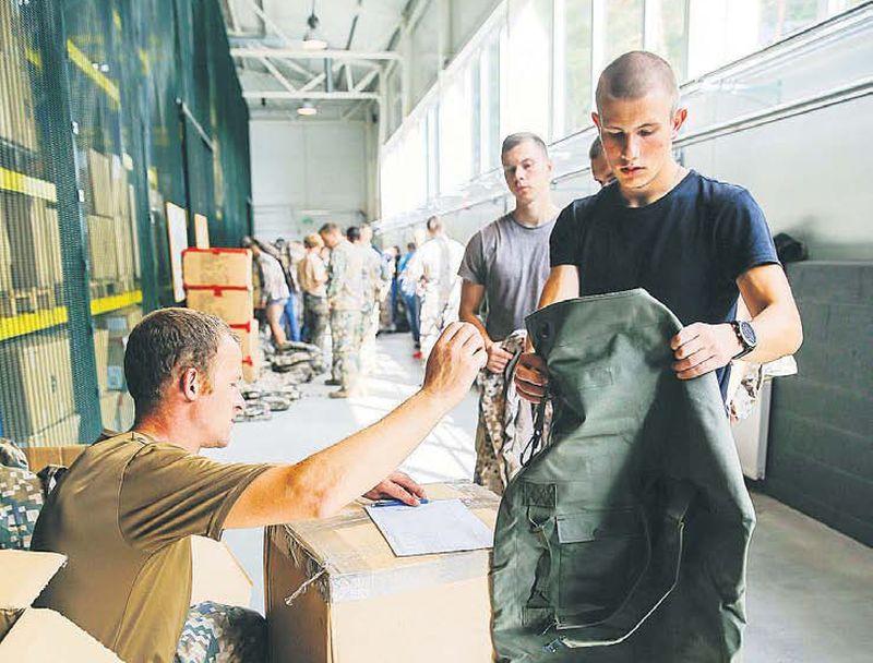 Skolēni, kuri izies vēl papildu apmācību nometnēs, kļūs par rezerves karavīriem, bet pārējie – par rezervistiem, kurus ātri iespējams apmācīt, lai iegūtu rezerves karavīra statusu. Iespējams, kādi jaunieši pēc tam arī izvēlēsies profesionālo dienestu. Attēlā: šomēnes 50 karavīri, kuri sekmīgi pabeidza Rekrutēšanas un atlases centra veikto atlasi, sāka dienestu bruņotajos spēkos, vispirms apgūstot kareivja pamatiemaņas Sauszemes spēku Mehanizētajā kājnieku brigādē Ādažos. Šogad profesionālajā dienestā plānots pieņemt 828 karavīrus.