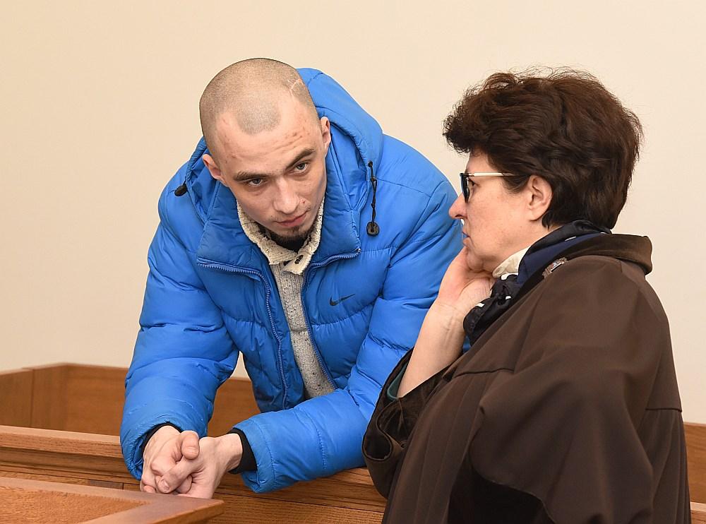 Attēlā: advokāte Imma Jansone un apsūdzētais Artjoms tiesas procesa laikā.