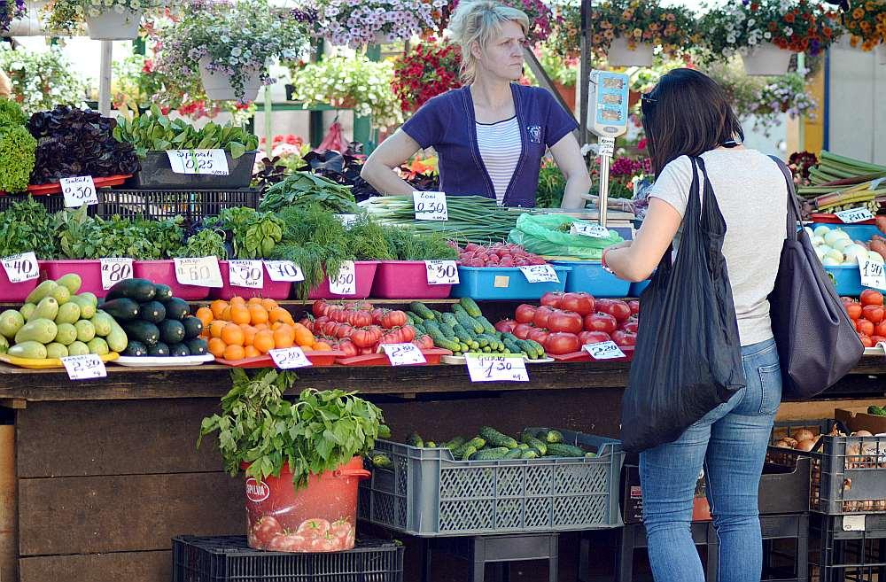 Veikalnieki teic, ka esot grūti prognozēt samazinājuma apmēru, ko izjutīs pircējs, jo piegādātāja noteiktā svaigu augļu un dārzeņu cena ir mainīga – to ietekmē sezonalitāte.