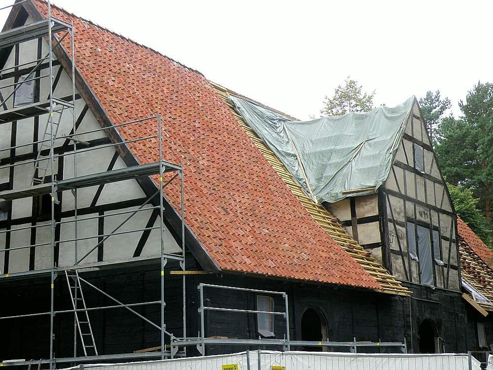 Vēsturisko dakstiņu jumta likšana Latvijas Etnogrāfiskā brīvdabas muzeja Ostas noliktavā.