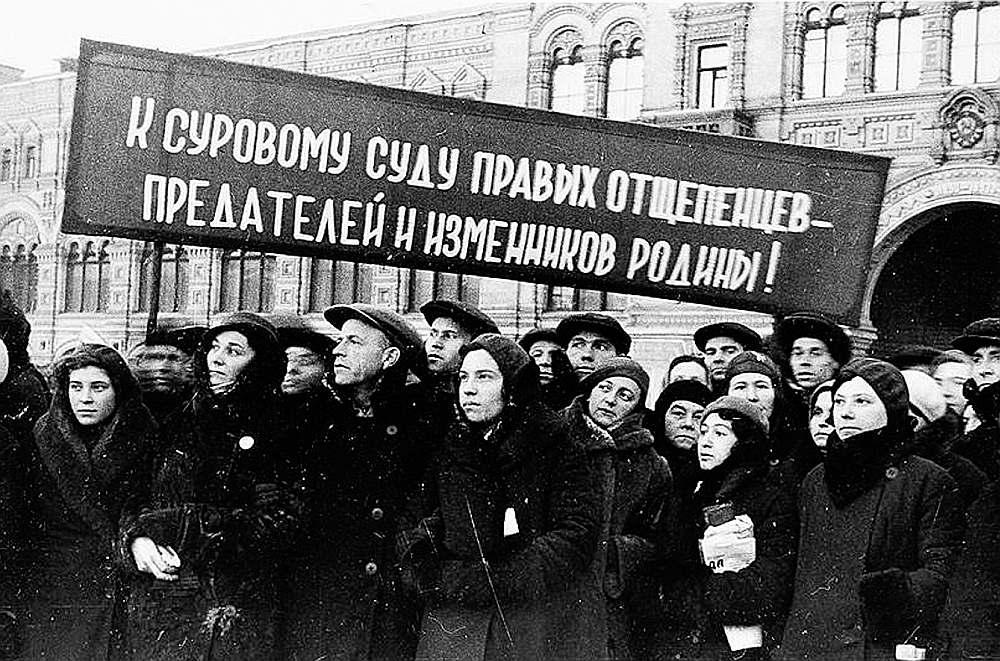 """""""Tautas ienaidnieku"""" nosodīšanas mītiņš Maskavā 1937. gadā. Foto no žurnāla """"Ogoņok"""". Uzraksts uz lozunga: """"Bargu tiesu labējiem šķeltniekiem – dzimtenes nodevējiem!"""""""