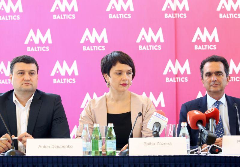 """""""Viasat"""" vadītājs Baltijā Antons Dzjubenko (no kreisās), """"All Media Baltics"""" vadītāja Latvijā Baiba Zūzena un """"All Media Baltics"""" valdes priekšsēdētājs Pjērs Danons."""