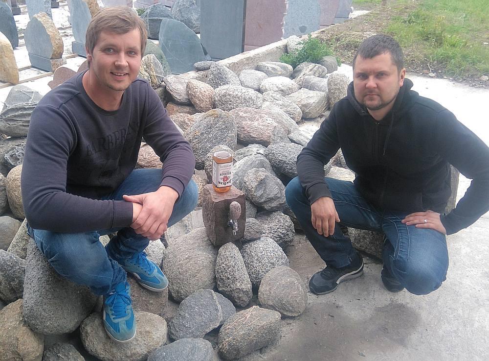 Akmeņkaļi Rihards Pinkovskis (no kreisās) un Armands Kreicburgs ar savu meistarstiķi – bārakmeni.