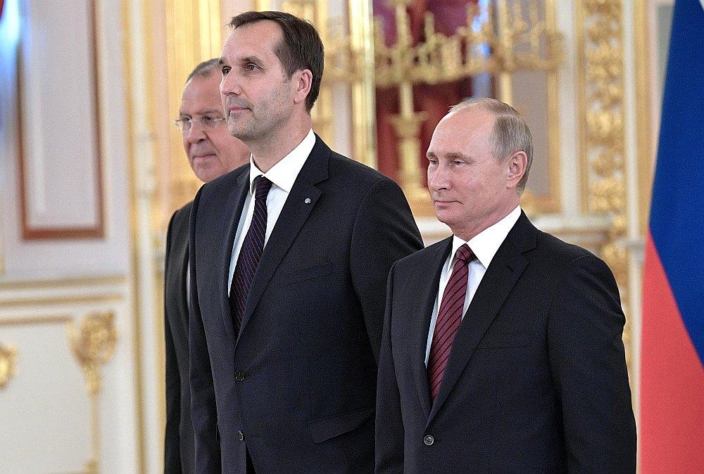 Krievijas prezidents Vladimirs Putins (no labās), Latvijas vēstnieks Krievijā Māris Riekstiņš un Krievijas ārlietu ministrs Sergejs Lavrovs vēstnieku akreditācijas ceremonijas laikā Kremlī.