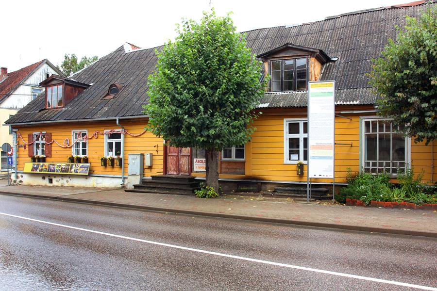 """""""Serdi"""" kā pastāvīgi funkcionējošu mākslinieku rezidenču centru Aizputē izveidoja 2002. gadā unikālā 18. gs. koka arhitektūras kompleksā, ko soli pa solim restaurē. Ēka celta 1710. gadā kā krogs vācu muižniecībai."""