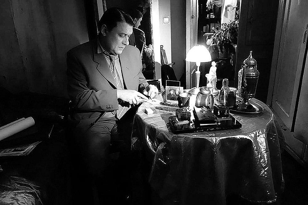 """Ilonas Brūveres dokumentālajā spēlfilmā """"Ievainotais jātnieks"""" tēlnieka Kārļa Zāles lomā iejūtas Valmieras Drāmas teātra aktieris Imants Strads."""
