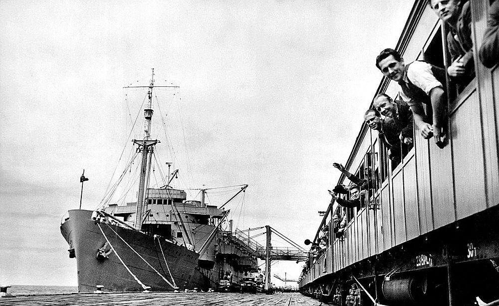 """Pārvietoto personu jeb """"dīpīšu"""" ierašanās Melburnā 1947. gadā."""