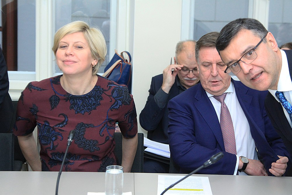 Veselības ministre Anda Čakša privātās medicīnas jautājumā savu aktivitāti neizrādīja līdz brīdim, kad tas, pateicoties labklājības ministra Jāņa Reira (no labās) iniciatīvai, nonāca Saeimas Sociālo un darba lietu komisijas uzmanības lokā. Šajā politiski kutelīgajā lietā iesaistījies arī valdības vadītājs Māris Kučinskis.