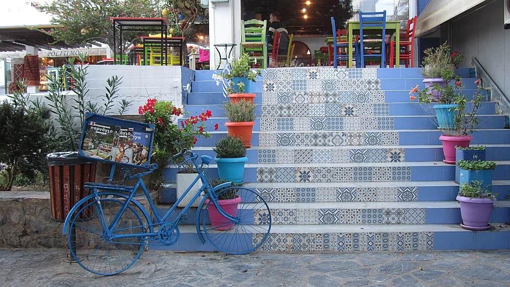 Ja kāpnes tiek flīzētas, tās var piemeklēt ornamentiem rotātas. Tā to izdarījis kāds kafejnīcas īpašnieks Svētā Nikolaja pilsētiņā Krētā, turklāt pieskaņojis dažādus aksesuārus.