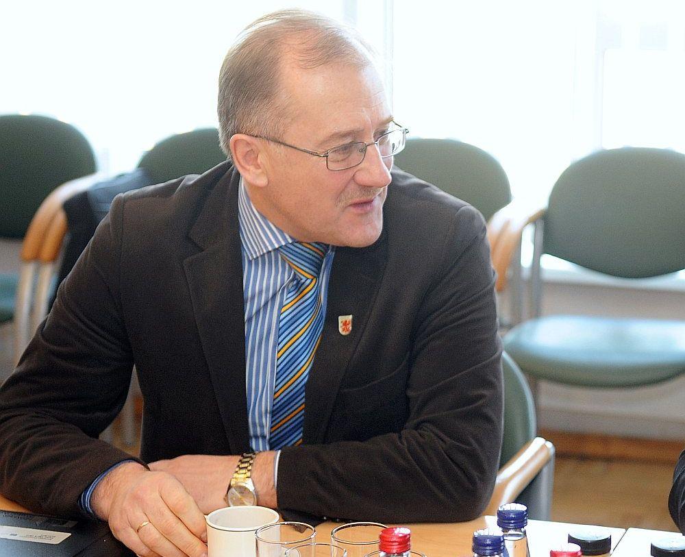 """Jaunjelgavas novada domes priekšsēdētājs Guntis Libeks arī pēc izsaukšanas """"uz kafiju"""" domas nav mainījis."""