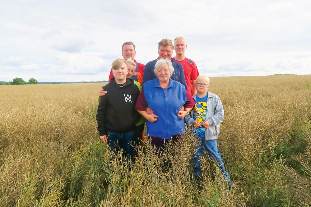 """""""Tīrumu"""" saimnieku dzimta: (no kreisās) Olgas un Sanda dēls Edvards, Andreja dzīvesbiedre Tamāra, Miķelis, Olga, Andrejs, Sandis un Everts."""